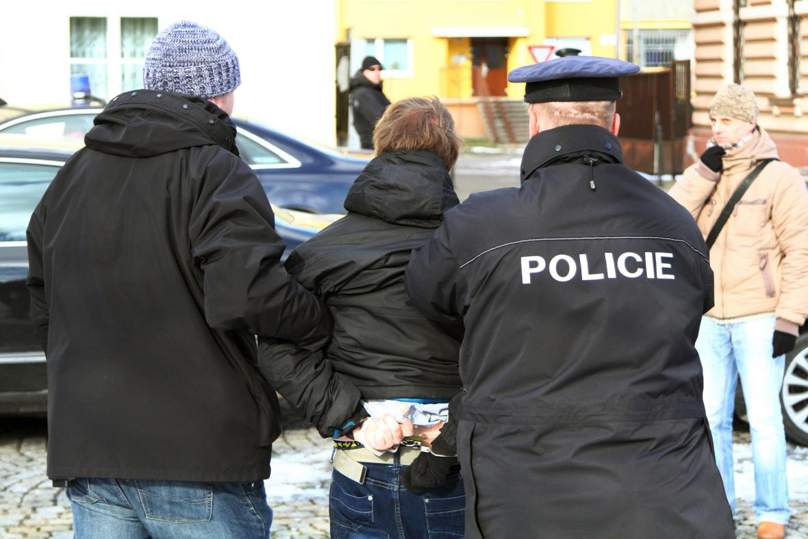Muže, který hodil po prezidentovi rajče, zadržela policie