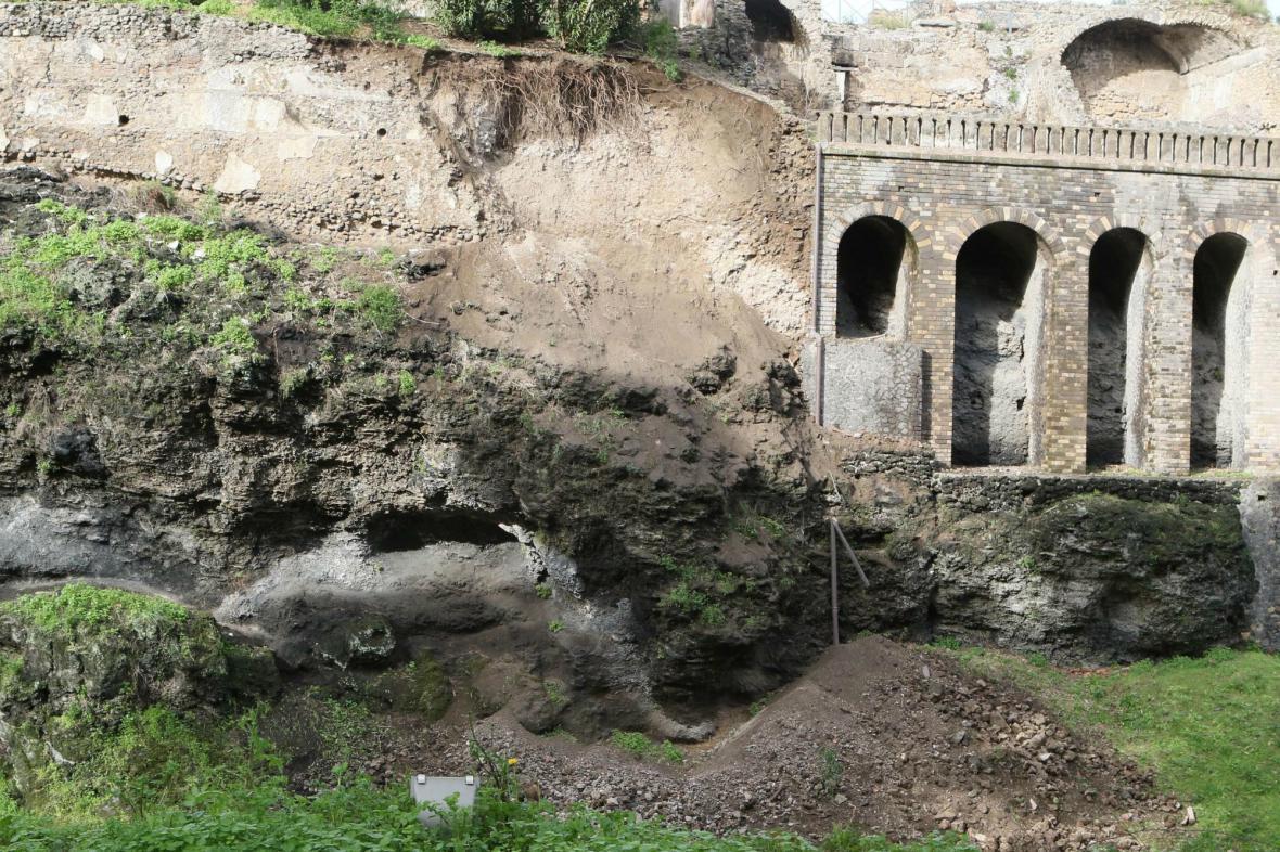 Zřícená část zdi v zahradě Severova domu