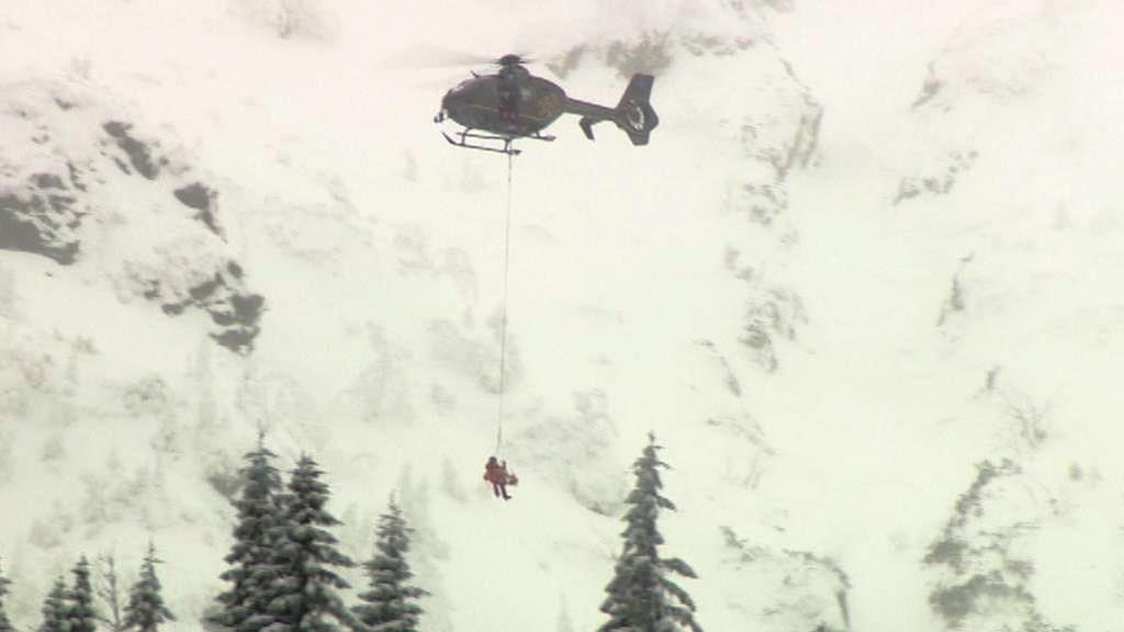 Vrtulník odváží mrtvého lyžaře po pádu laviny