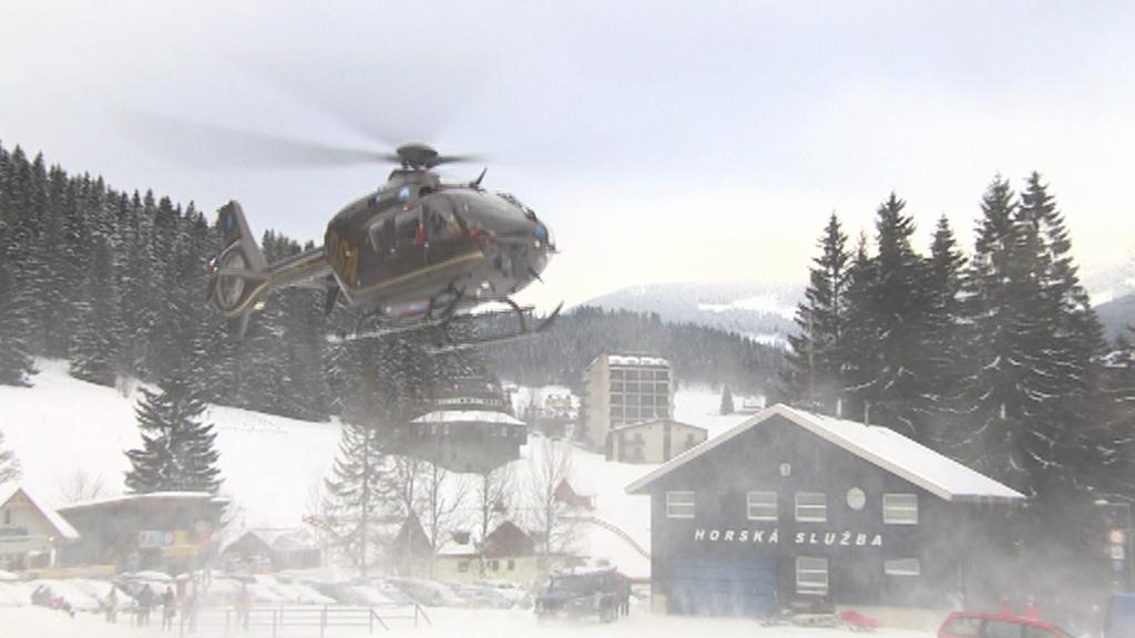 Vrtulník Horské služby po pádu laviny