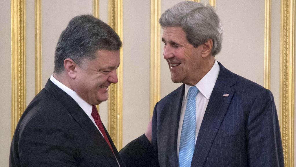 Ministr zahraničí USA (vpravo) s prezidentem Porošenkem