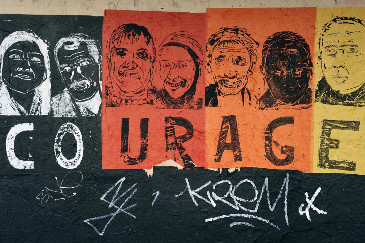 Graffiti v ulicích Paříže na téma Charlie Hebdo