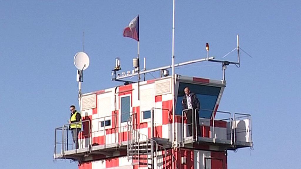 Řídící věž letiště v Hradci Králové na archivním snímku