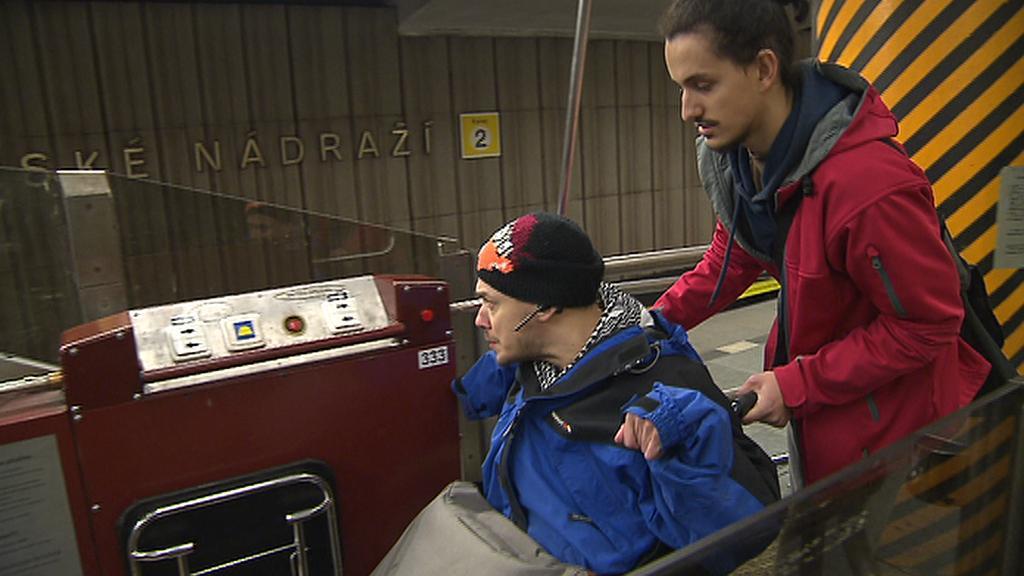 Plošinu na Smíchovském nádraží vozíčkáři moc nepoužívají