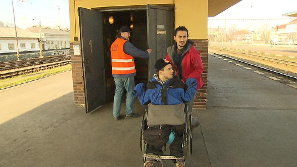 Jakub Neubert na Smíchovském nádraží - na nástupiště vyjel nákladním výtahem