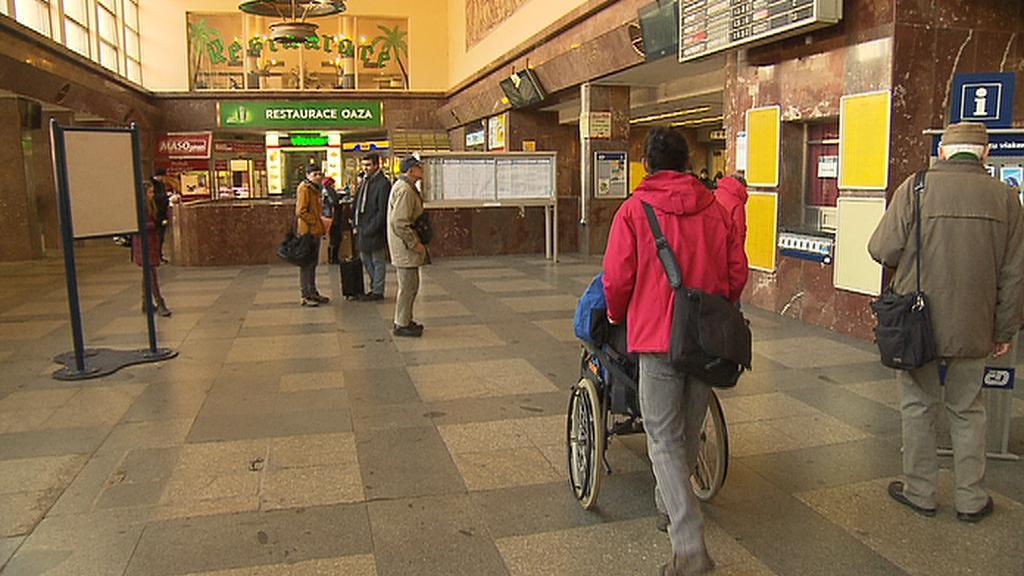 Smíchovské nádraží vozíčkáři moc často nevyužívají