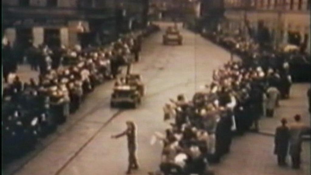 Dobový záběr na vstup amerických vojáků do Plzně