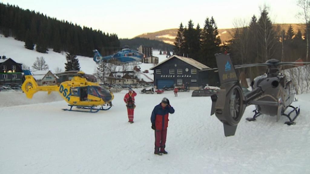 Na místo pádu laviny v Modrém dole přiletěly tři vrtulníky