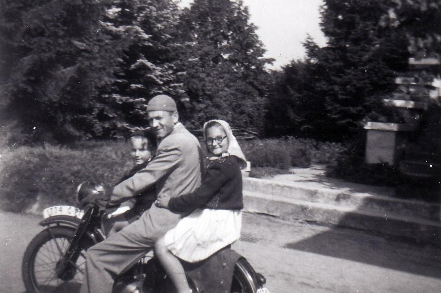 Jan Hlach s dětmi těsně před zatčením (1950)