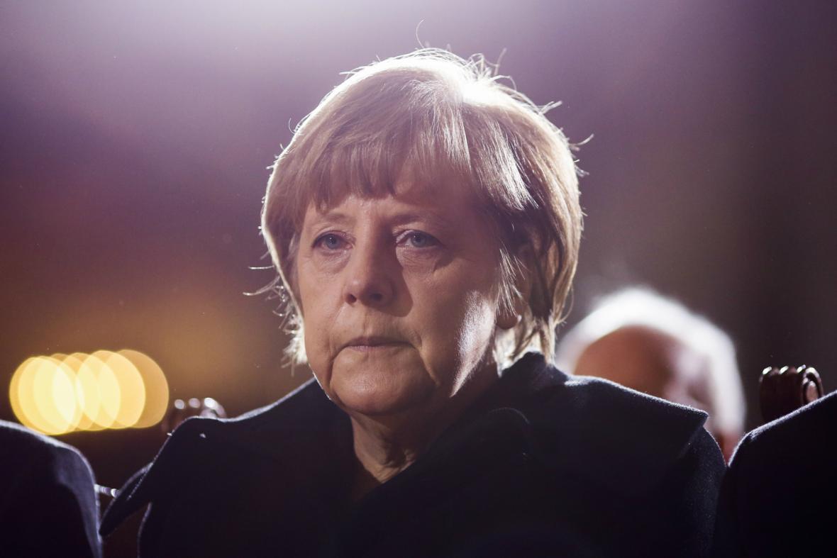 Angela Merkelová při posledním rozloučení s Weizsäckerem