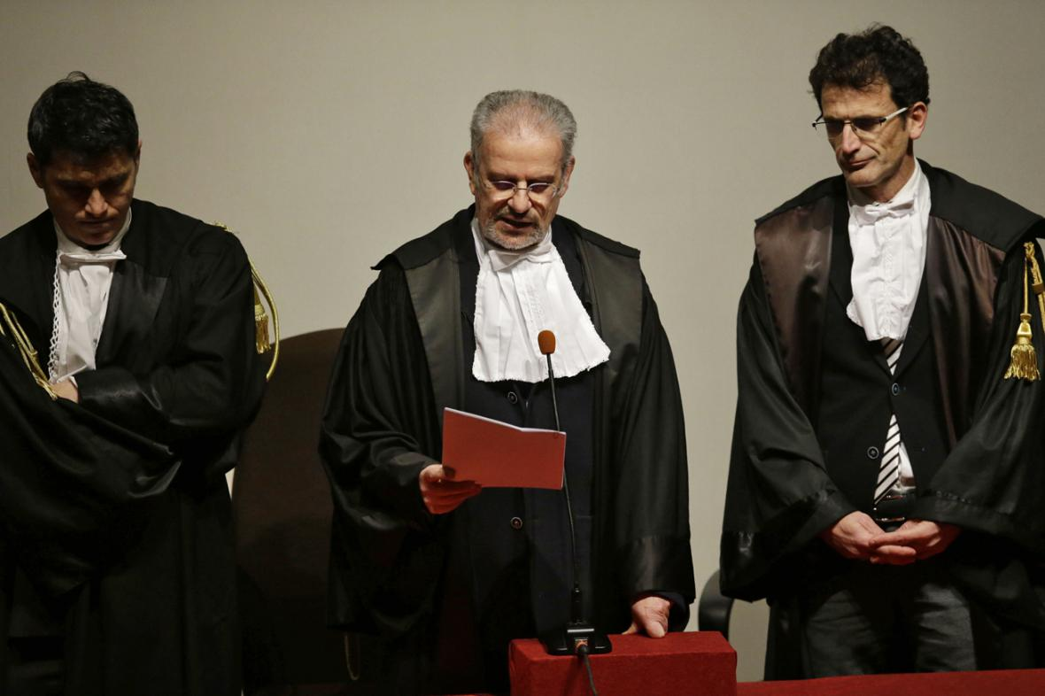 Soudce Giovanni Pugliatti čte rozsudek nad kapitánem Schettinem