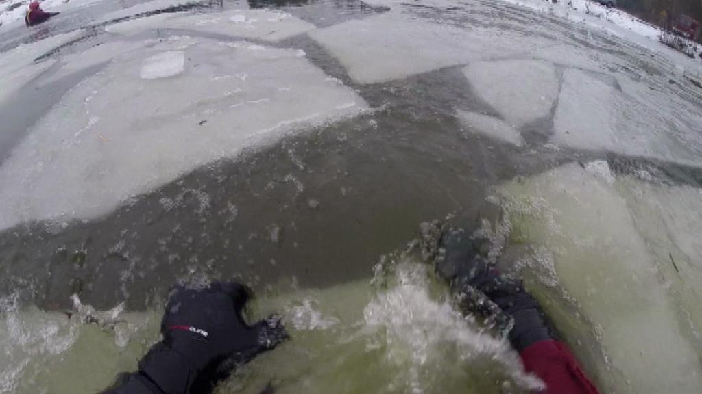 Praskající led z pohledu člověka ve vodě