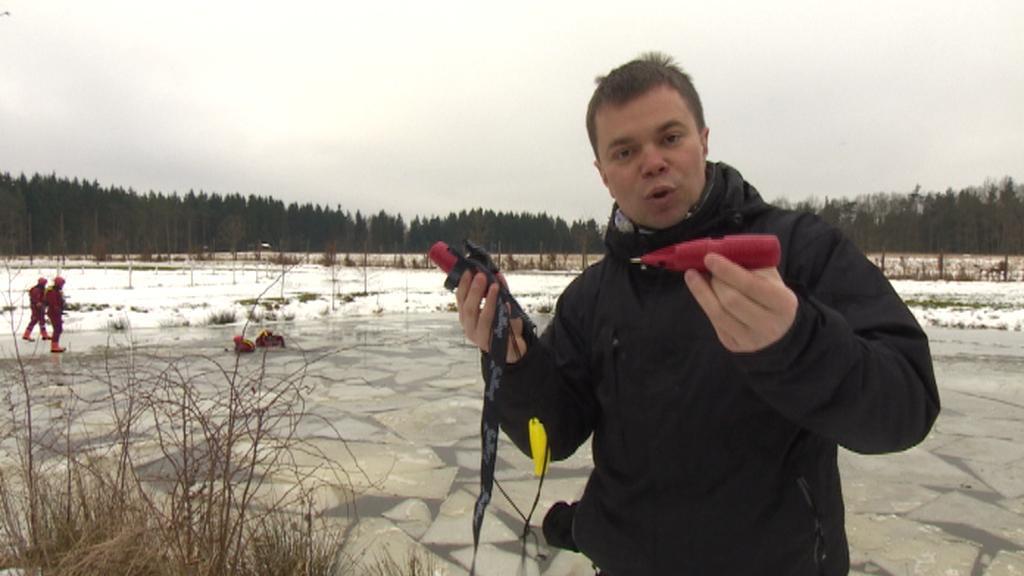 Hasiči používají k pohybu po ledu speciální bodce