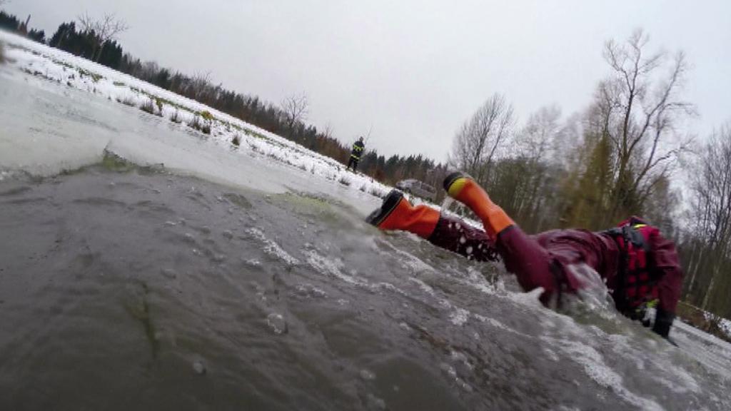 Při záchraně je třeba se z vody pokusit dostat na pevný led