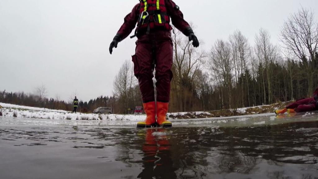 Záchranář při nácviku na ledě