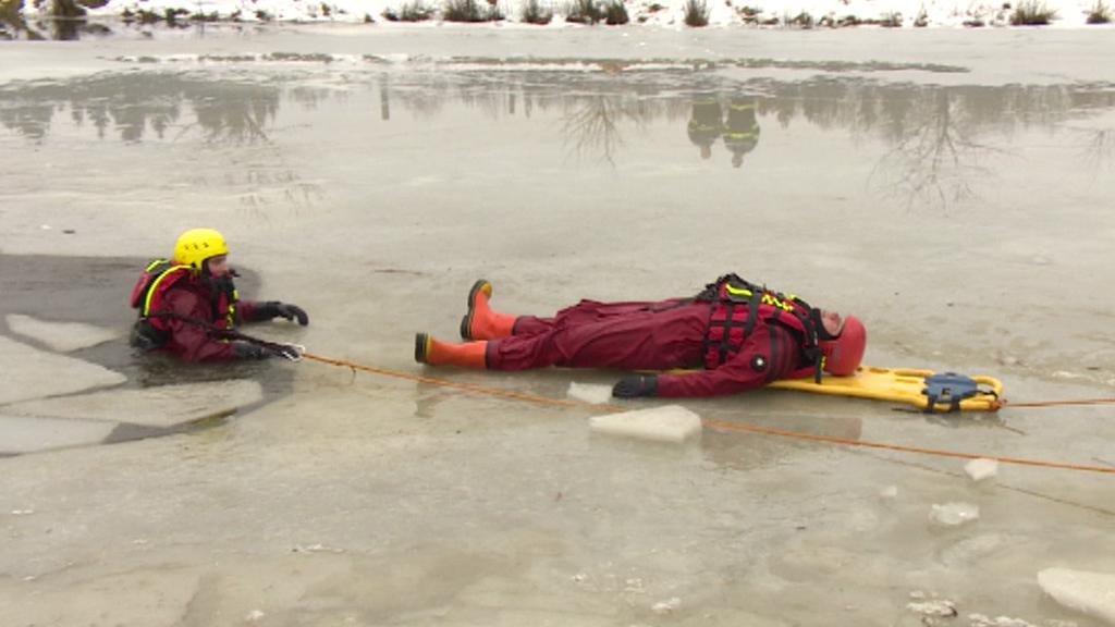 Cvičení záchranářů na ledu