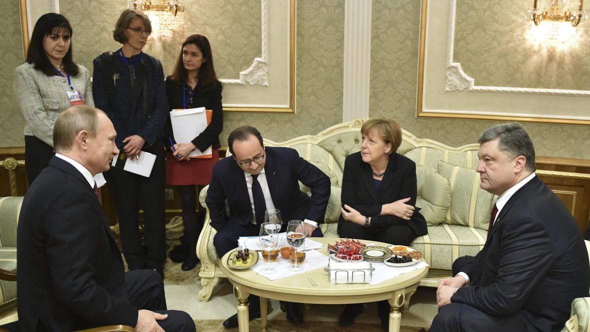 Putin, Merkelová, Hollande a Porošenko před jednáním v Minsku