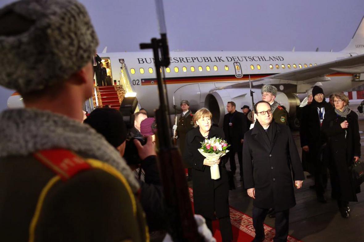 Angela Merkelová a Francois Hollande po přistání v Minsku