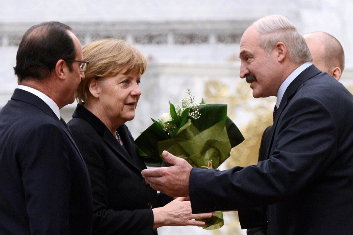 Francoise Hollanda a Angelu Merkelovou uvítal v Minsku Alexandr Lukašenko