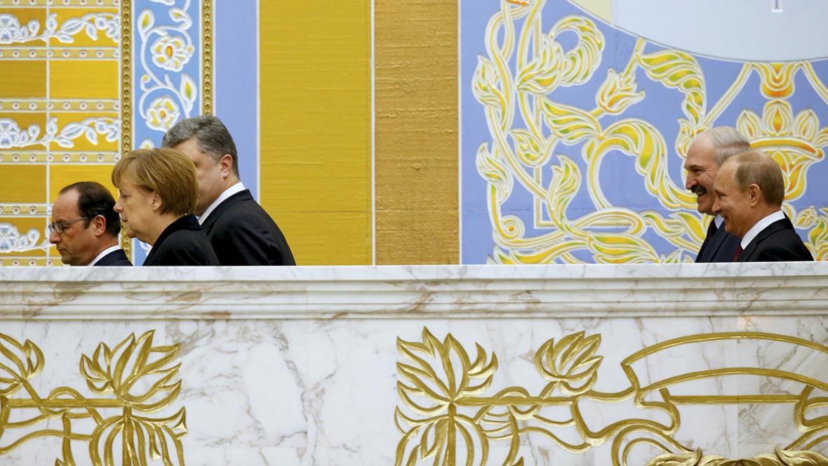 Merkelová, Hollande a Porošenko a Lukašenko s Putinem během přestávky na jednání v Minsku