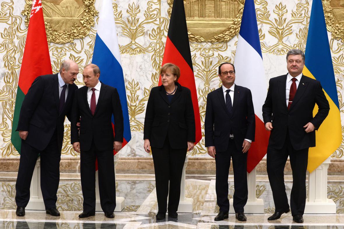 Lukašenko, Putin, Merkelová, Hollande a Porošenko na jednání v Minsku