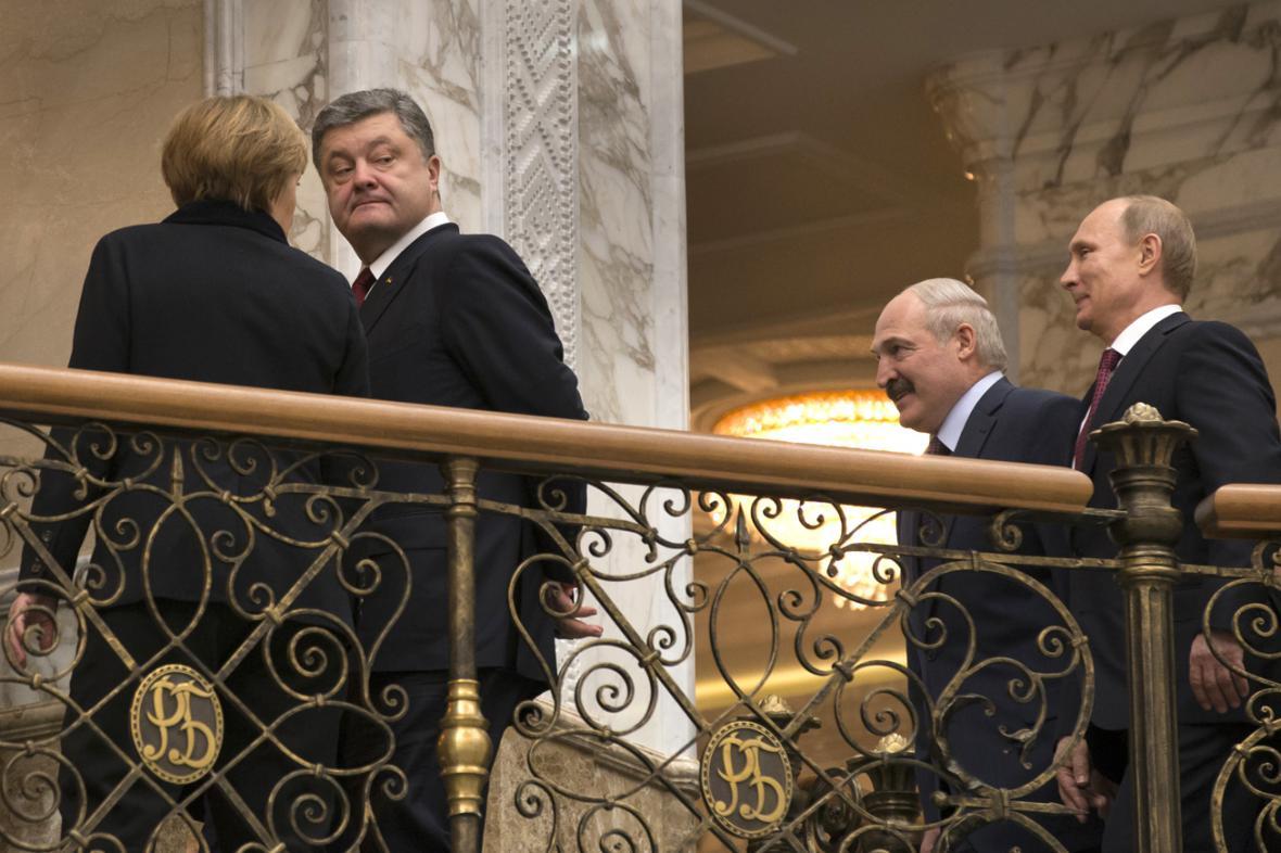 Merkelová, Porošenko, Lukašenko a Putin během přestávky na jednání v Minsku