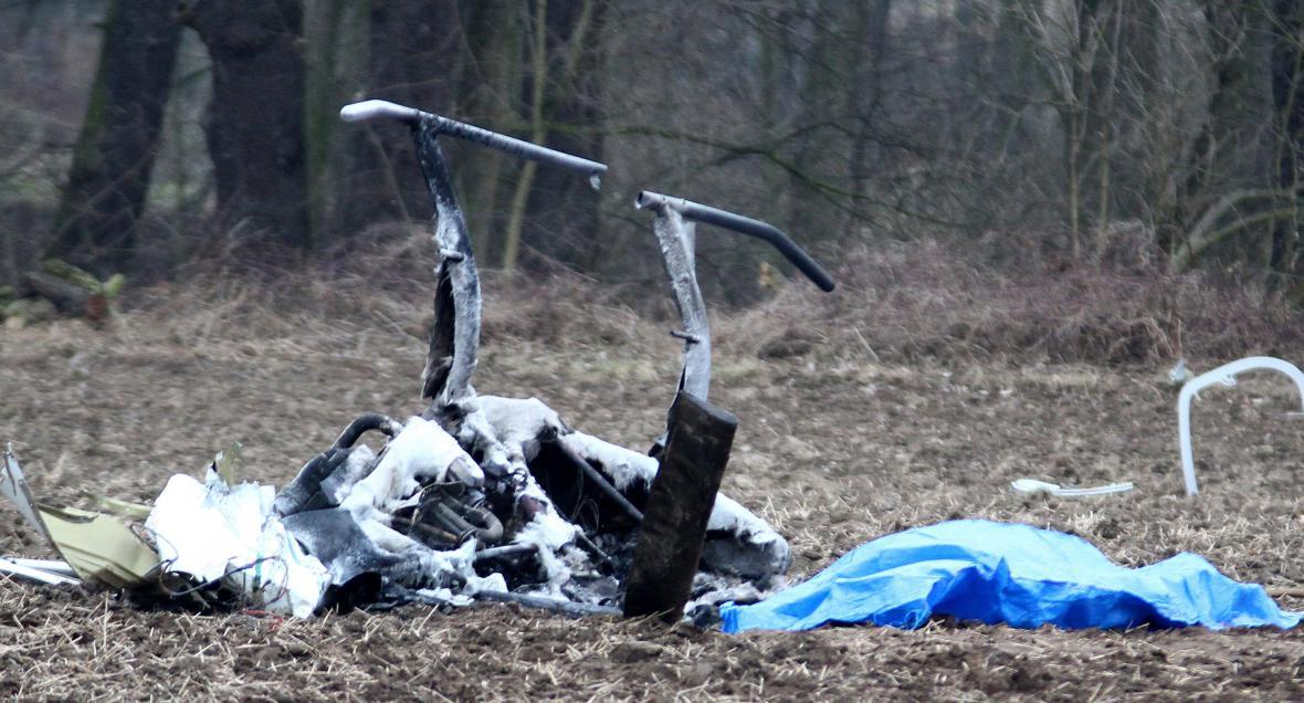 Pilot nepřežil pád vrtulníku. Stroj shořel