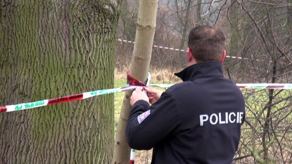 Policisté místo pádu vrtulníku obehnali páskou