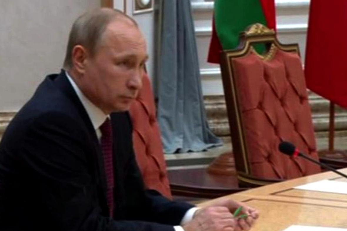Nervózní Putin během jednání zlomil propisku