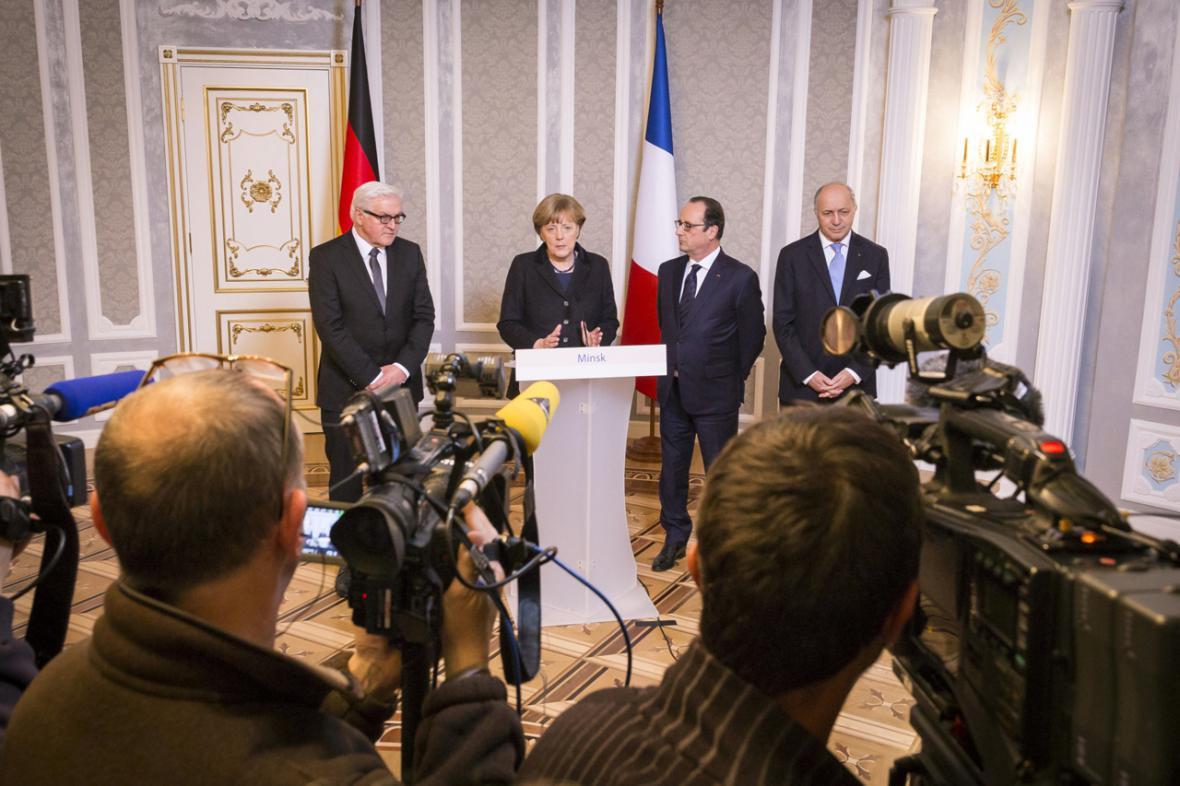 Angela Merkelová a Francois Hollande po summitu v Minsku