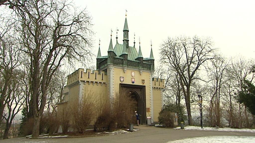 Pavilon bludiště byl na Petřín přemístěn v roce 1911
