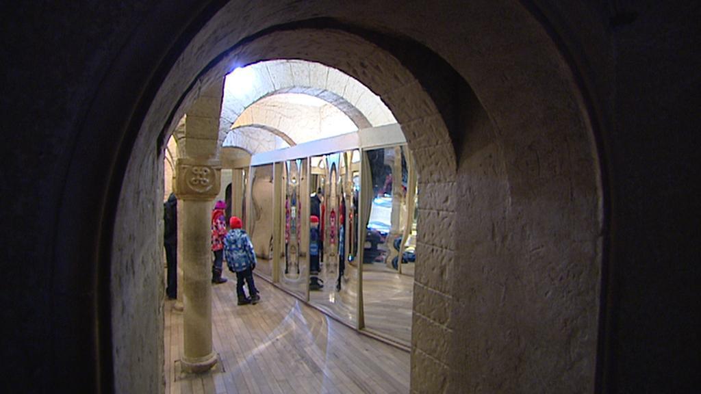 Pohled do sálu se zakřivenými zrcadly