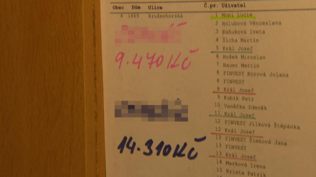Seznam dlužníků je vyvěšený na chodbě domu