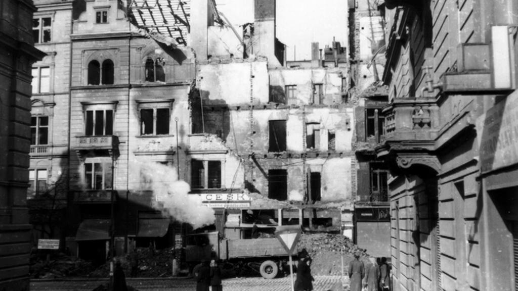 Dům číslo 1254 ve Vinohradské ulici po bombardování v únoru 1945