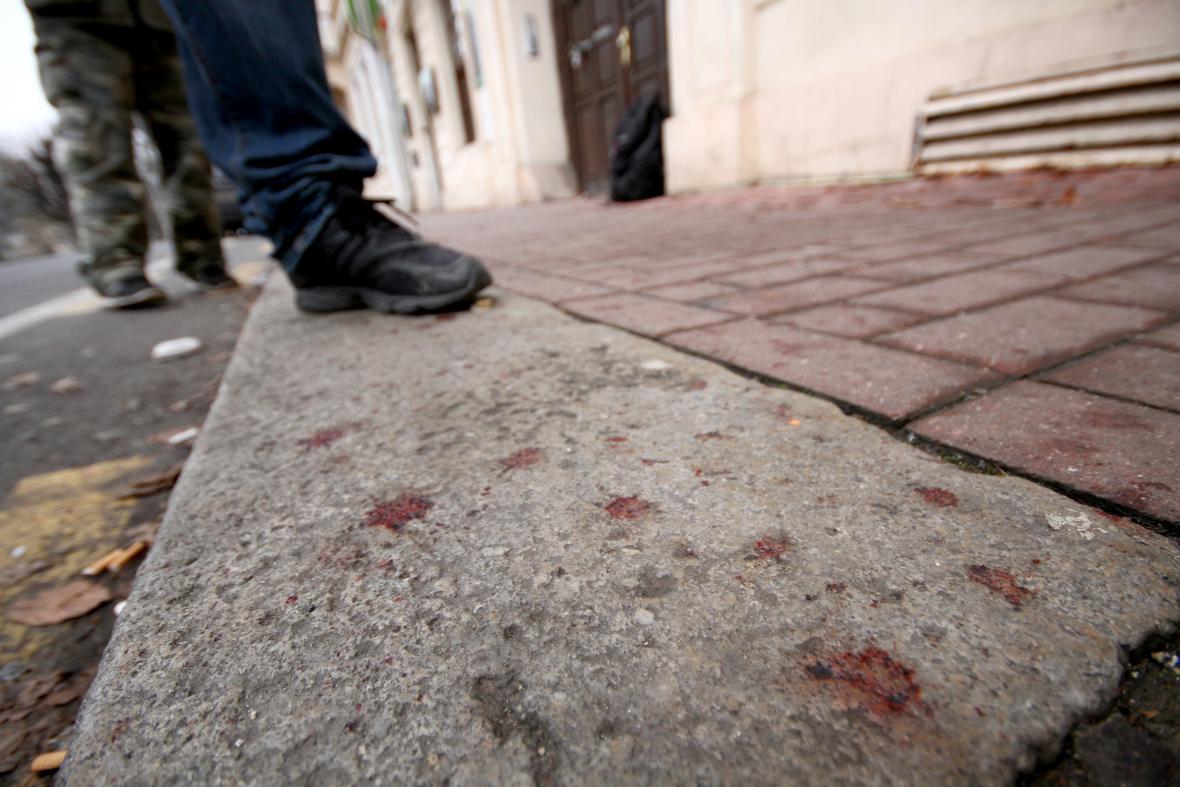 Potřísněný chodník před arabským obchodem Petra v Teplicích