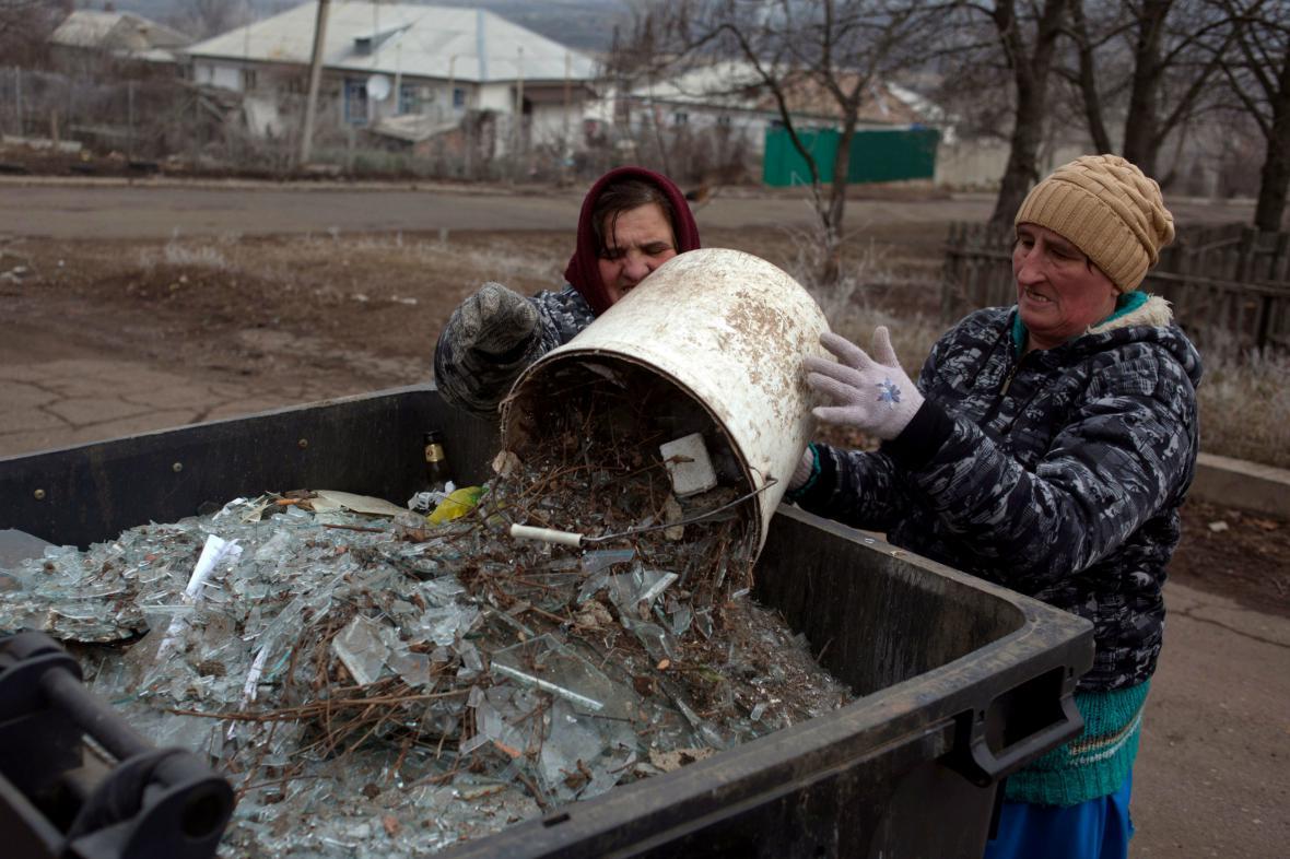 Obyvatelky Artemivsku odklízejí trosky