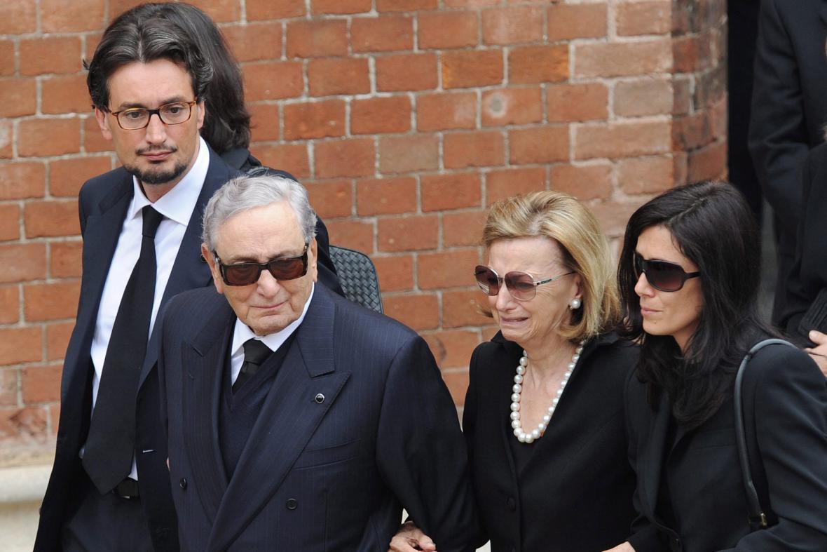 Michele Ferrero s rodinou (vlevo syn Giovanni, vpravo manželka Maria Franca a manželka zemřelého syna Luisa Sturmia)