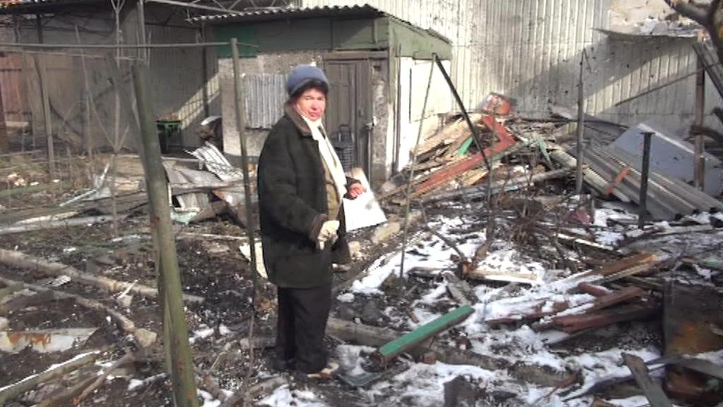 Ludmila Daševská prohlíží trosky svého domu