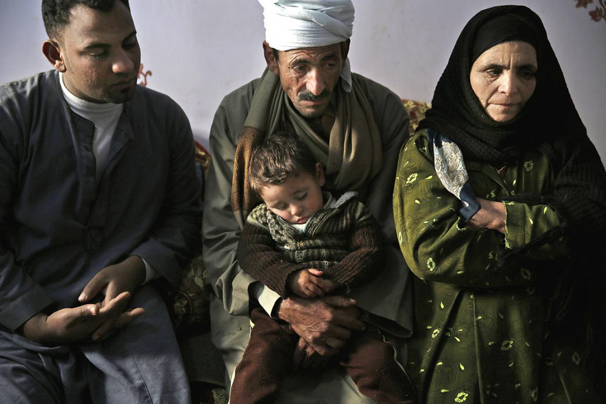 Rodina jednoho ze zavražděných koptů