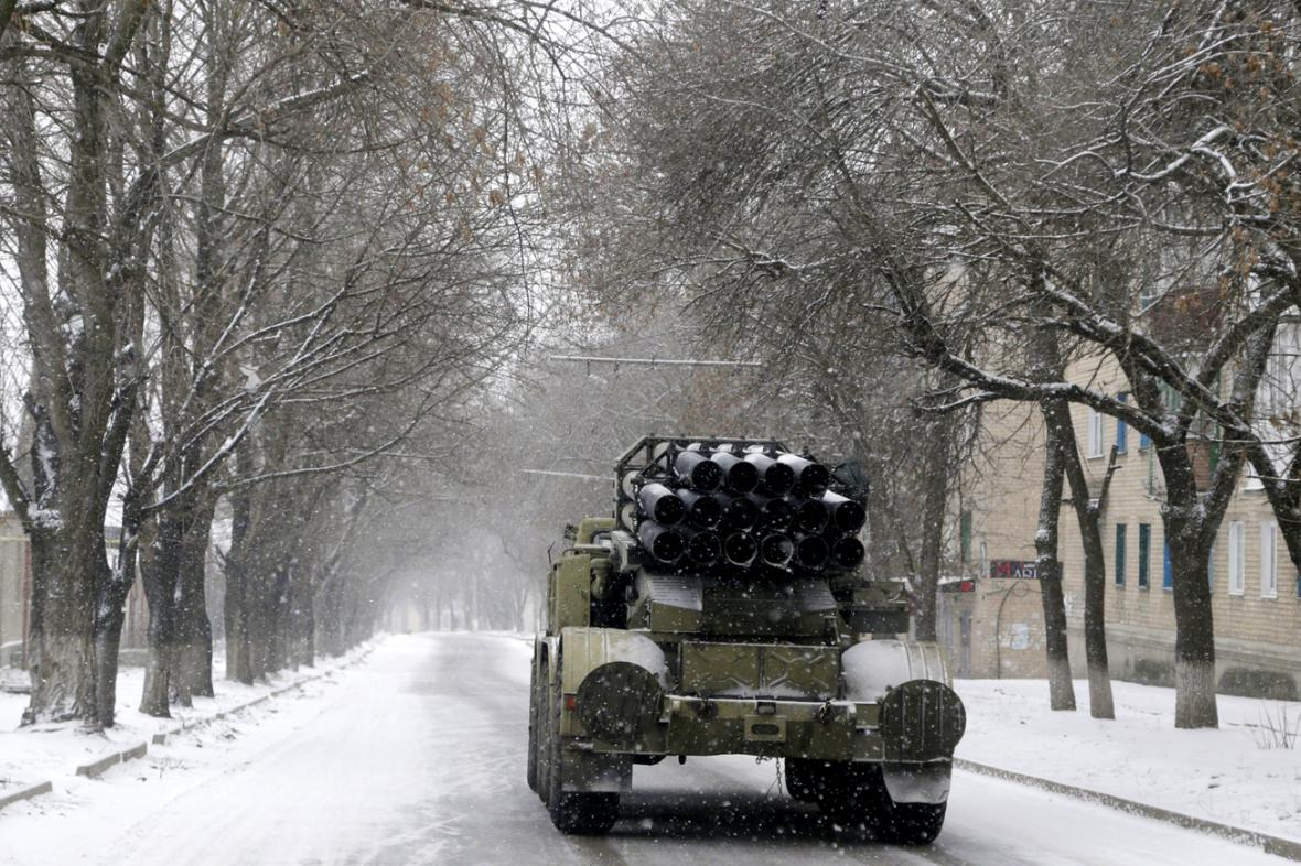 Ukrajinský raketomet Smerč v ulicích Artemivsku
