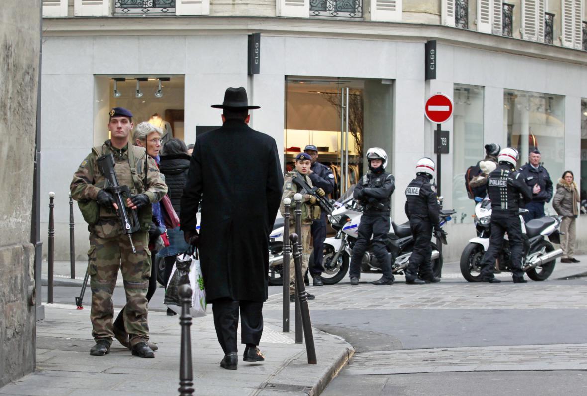 Policie a vojáci v židovské čtvrti v Paříži