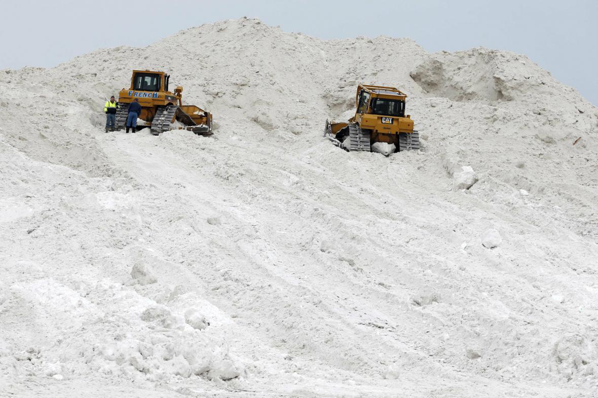 S odklízením sněhu v Bostonu pomáhají i buldozery