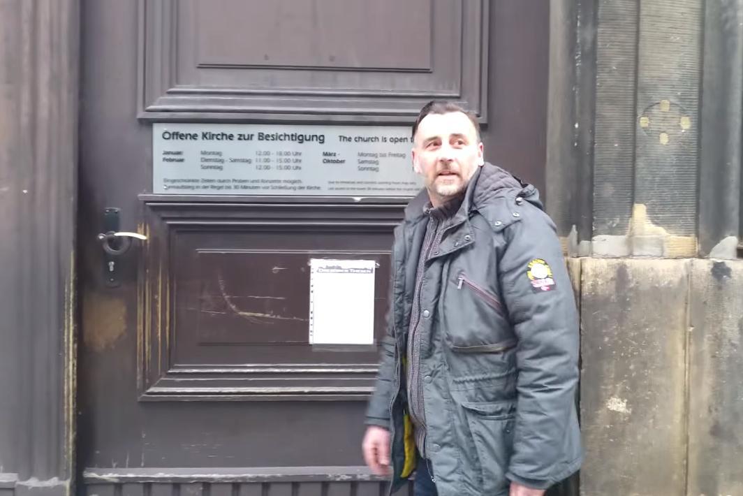 Lutz Bachman přitloukl na dveře drážďanského kostela požadavky Pegidy