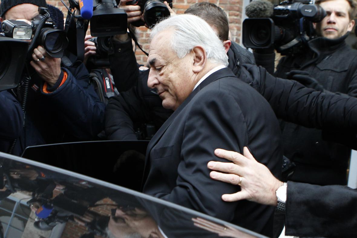 Strauss-Kahn odjíždí od soudu v Lille