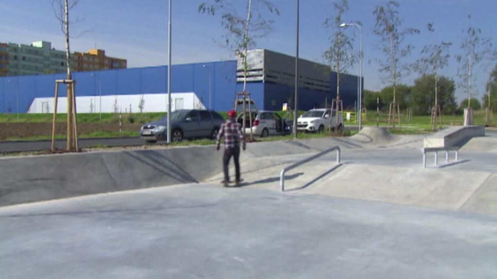 Místo vojáků na bývalém cvičišti dnes trénuje mládež na skateboardech