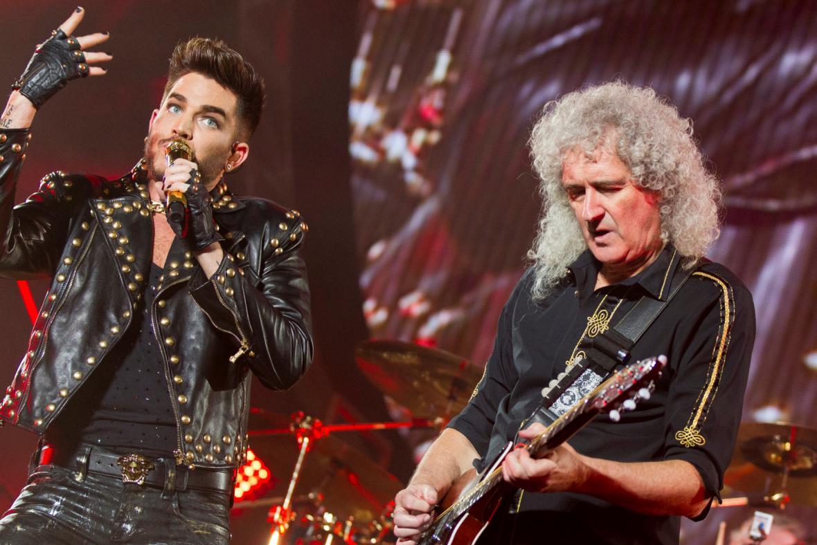 Adam Lambert zpívá s kapelou Queen
