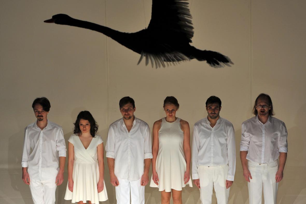Dramatizace bestselleru Nassima Taleba Černá labuť