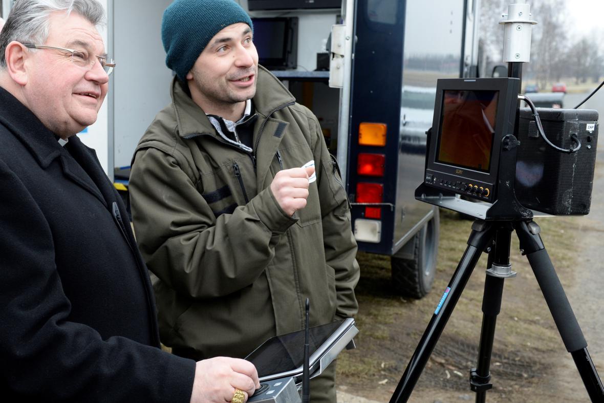 Kardinál Duka si vyzkoušel pilotáž nového vojenského dronu