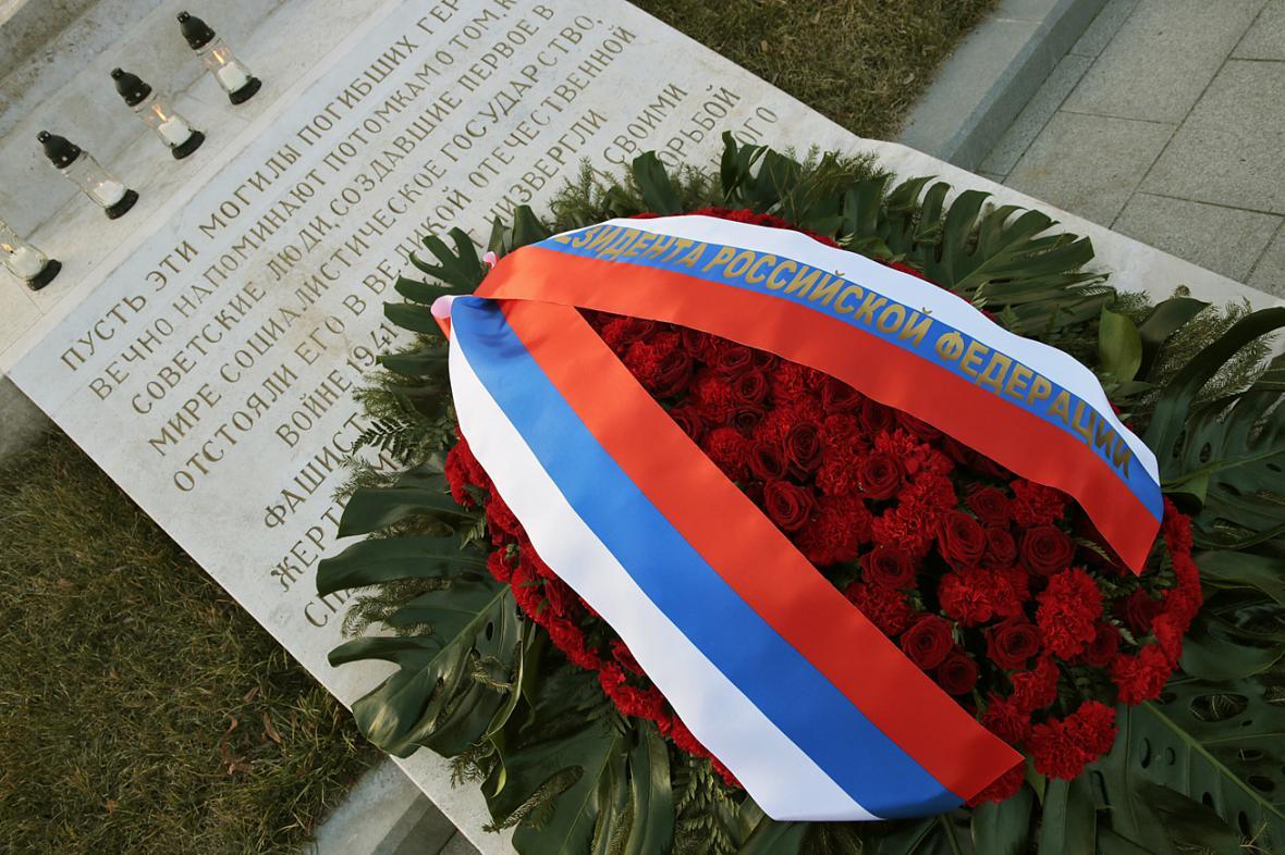 Vladimir Putin položil věnec k pomníku padlých sovětských vojáků