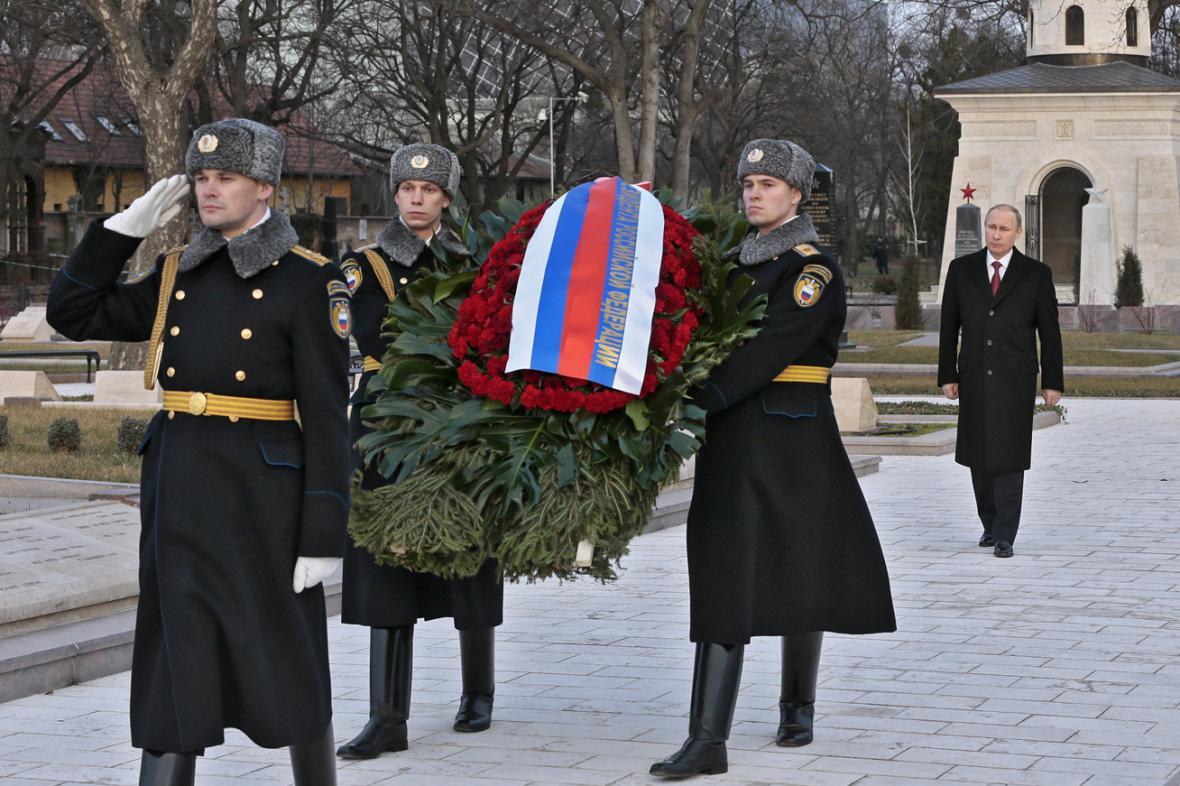 Vladimir Putin na sovětském vojenském hřbitově v Budapešti
